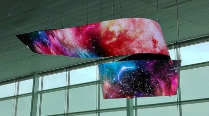 LG installs a beautiful curved OLED signage at Incheon Airport.jpg